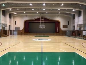 一次会会場~体育館のバスケットコート